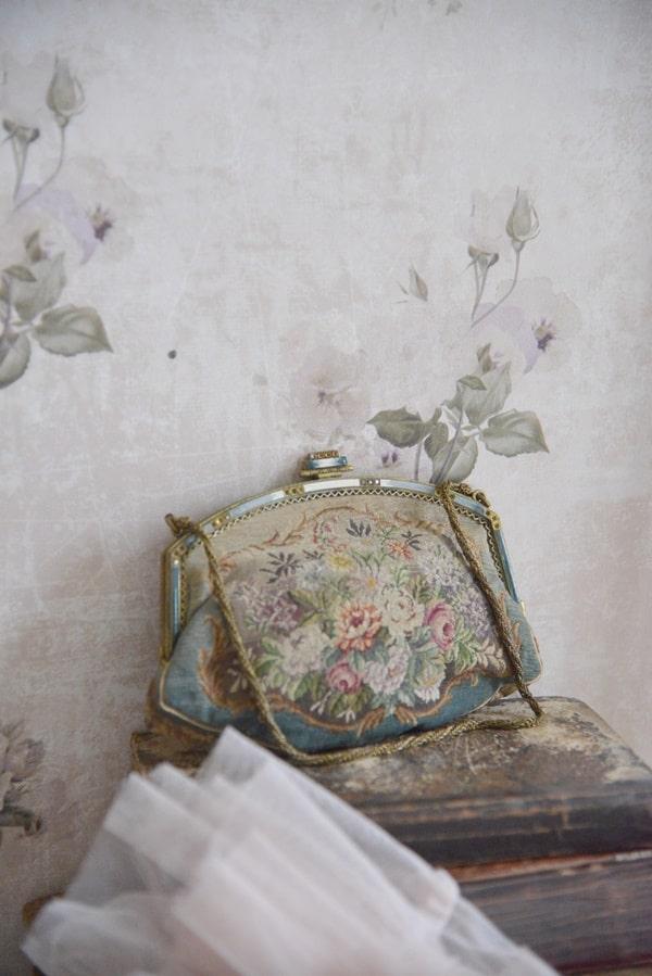 carta da parati con rose delicata e romantica