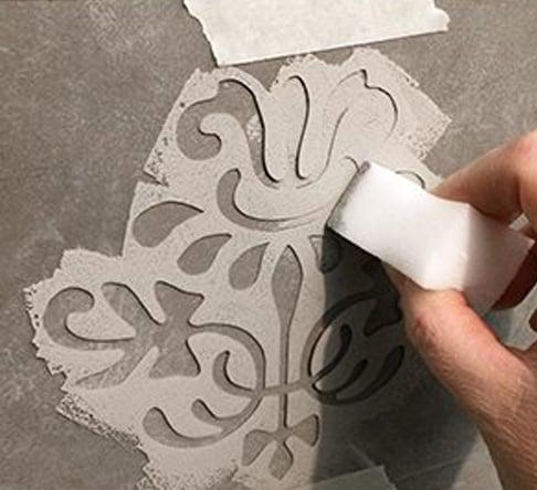 stencil su muro con la vintage chalk paint