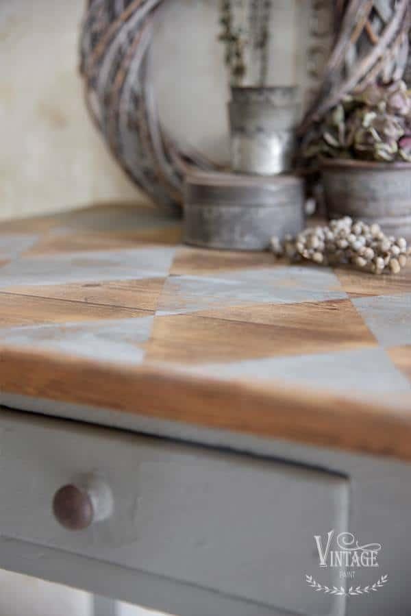 ricolorare un top di legno con vernice a gesso